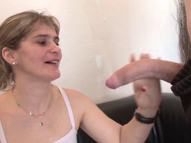 Une milf chaude tourne un porno hard