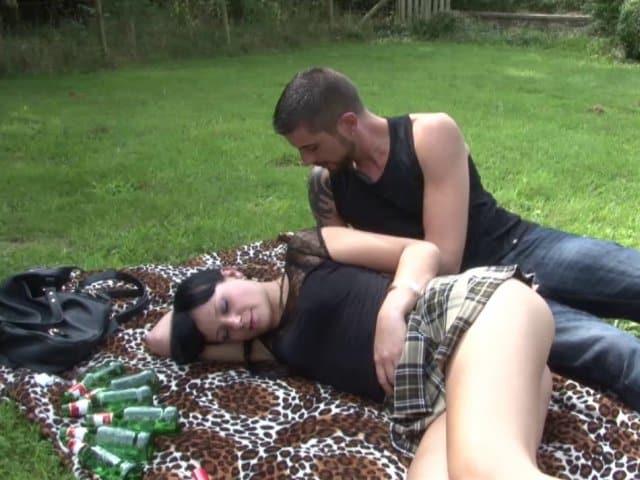 Natacha aime qu'on la baise dans l'herbe