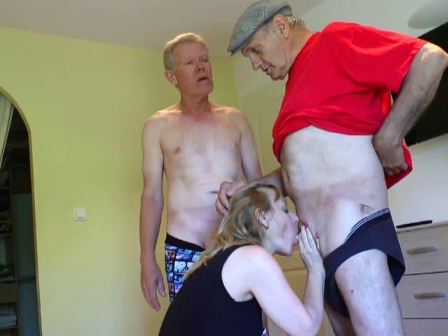 Carole initiée au trio HHF avec deux vieux pervers