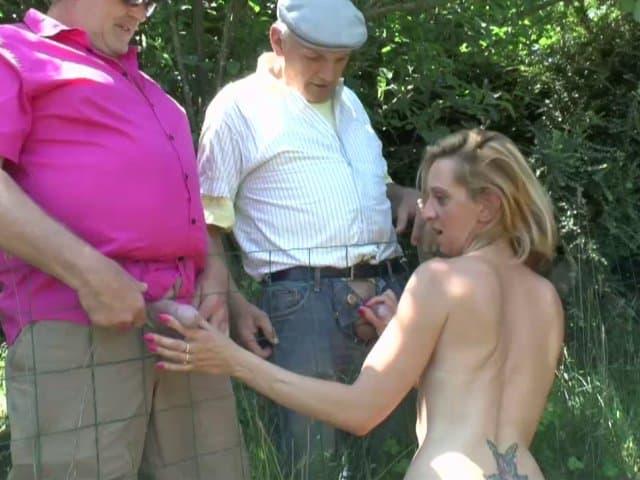 Deux vieux voyeurs finissent par limer cette salope