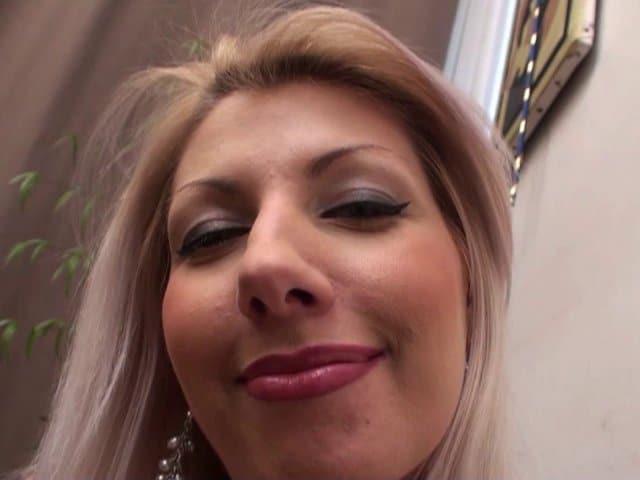 Blonde très gourmande, elle mange et baise