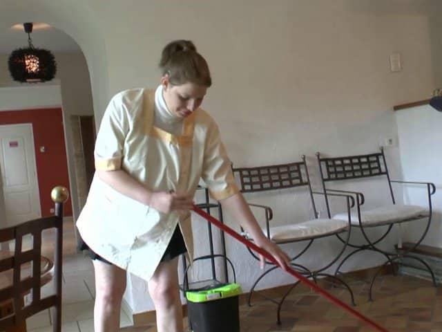 La ménagère de papy prise en sandwich après le ménage
