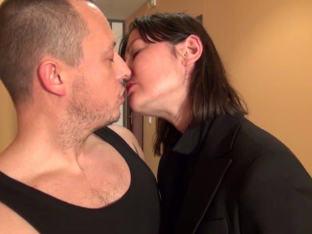 Une patronne sans scrupule baise avec un de ses employés dans les couloirs de l'entreprise