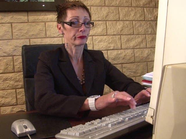 Cougar et patronne, elle s'amuse avec ses employés