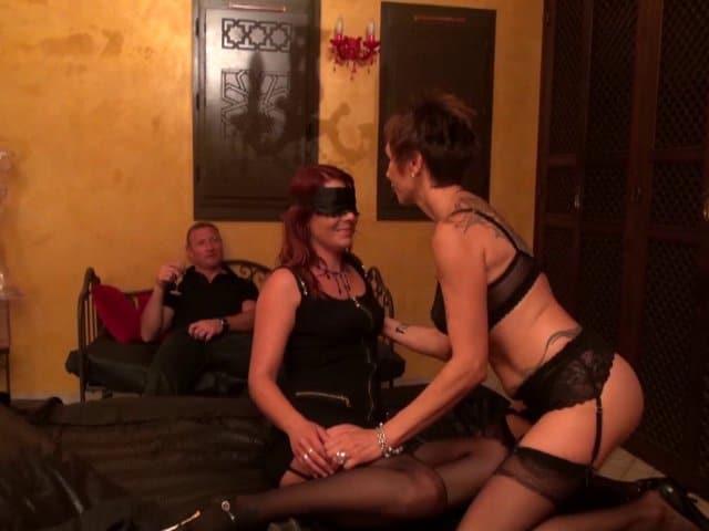 Une mère Française et sa fille dans un club libertin se donnent du bon temps