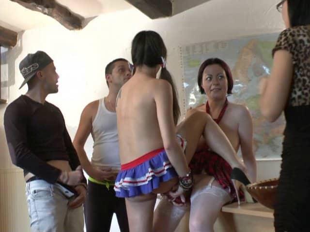 Quatre étudiants Français partouze en classe, de la haute voltige !